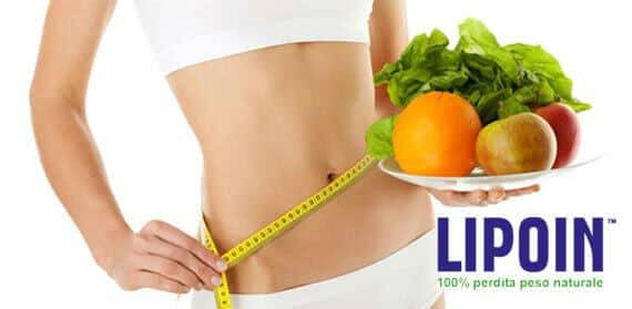 Donna in possesso di una ciotola di frutta e misura la sua vita con un metro a nastro per mostrare come ha ridotto dopo l'assunzione di pillole dimagranti Lipoin